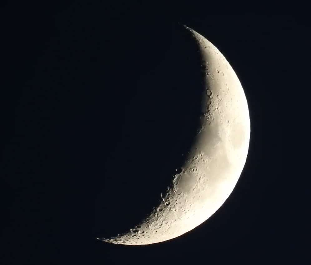 clear photo of crescent moon